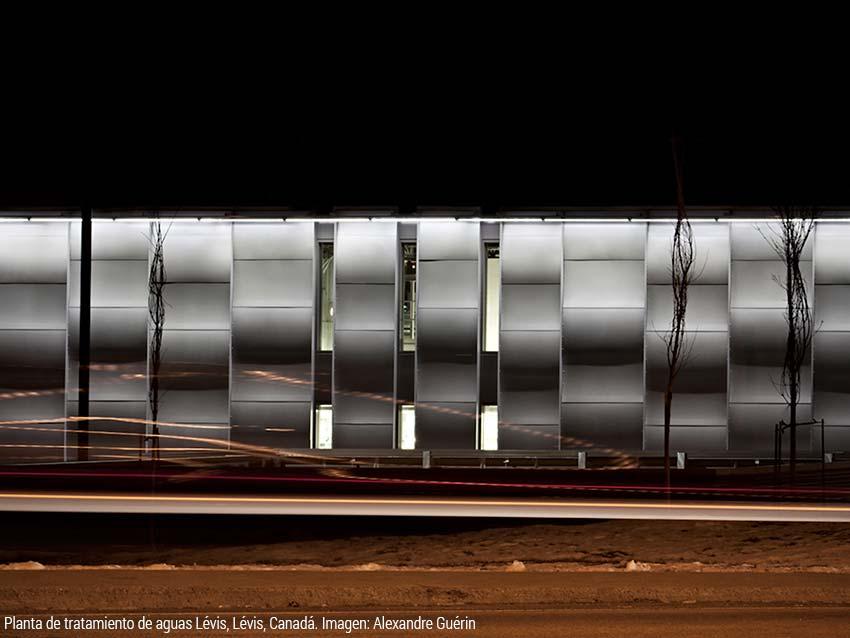 Moderna fachada de aluminio en una planta de tratamiento de aguas en Canadá
